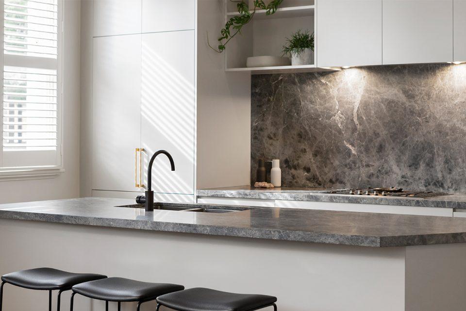 Spritzschutz - So verhindern Sie lästige Fettspritzer an der Küchenwand