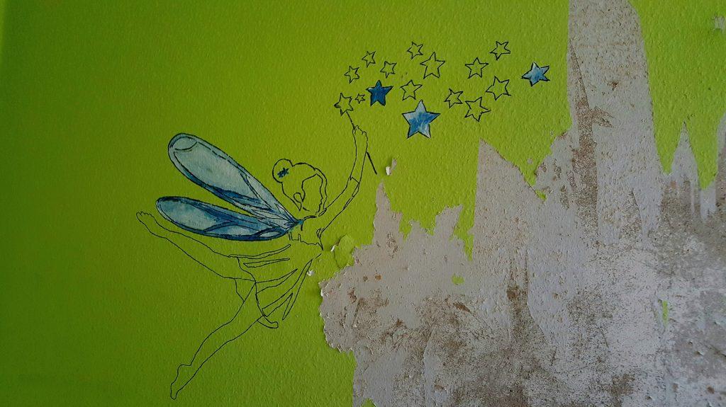 Alte Raufaser mit mehreren Farbschichten von der Wand entfernen